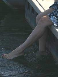 Elsas feet in the water